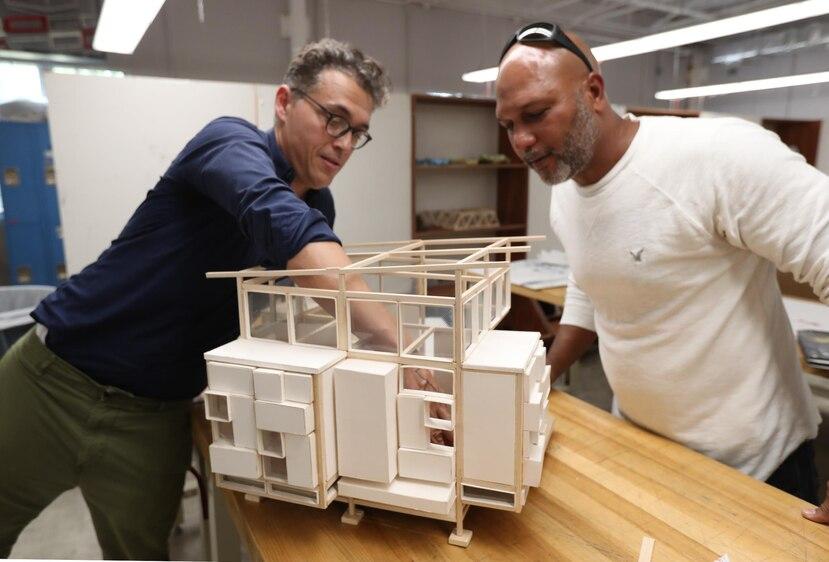 El profesor Carlos Castillo y el estudiante Rafael Osorio observan la maqueta de la vivienda.